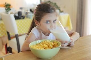 コップでミルクを飲む子ども.jpg